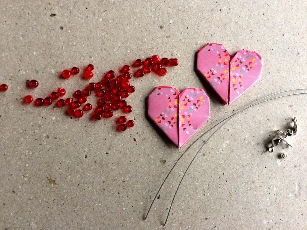 materiale per orecchini con cuore origami e conteria