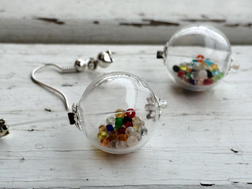 orecchini con bolle di vetro soffiato e conteria vintage