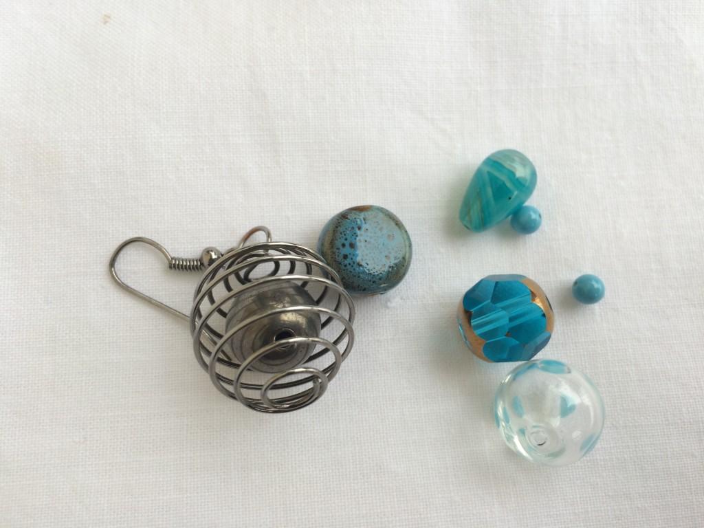 perle per gli orecchini disuguali azzurri