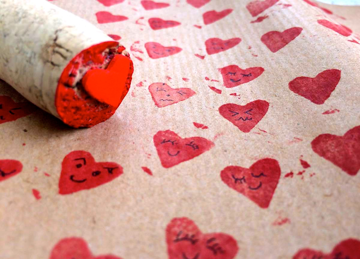 carta da pacco con cuori timbrati