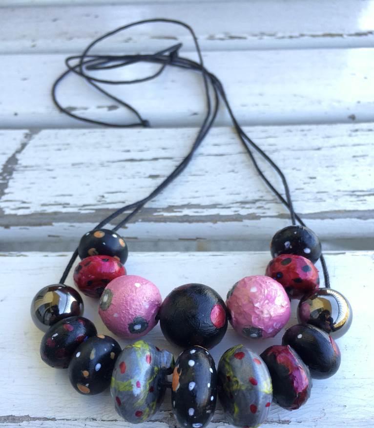 collana con perle dipinte ad acrilico