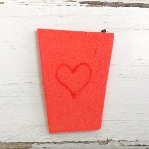 cuore disegnato su carta crepla