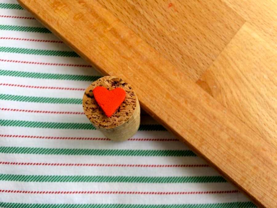 timbro di sughero e carta crepla a forma di cuore