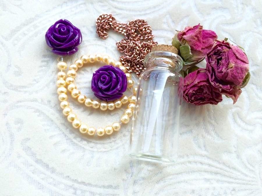 boccetta di vetro, pot puri di rose e catenella
