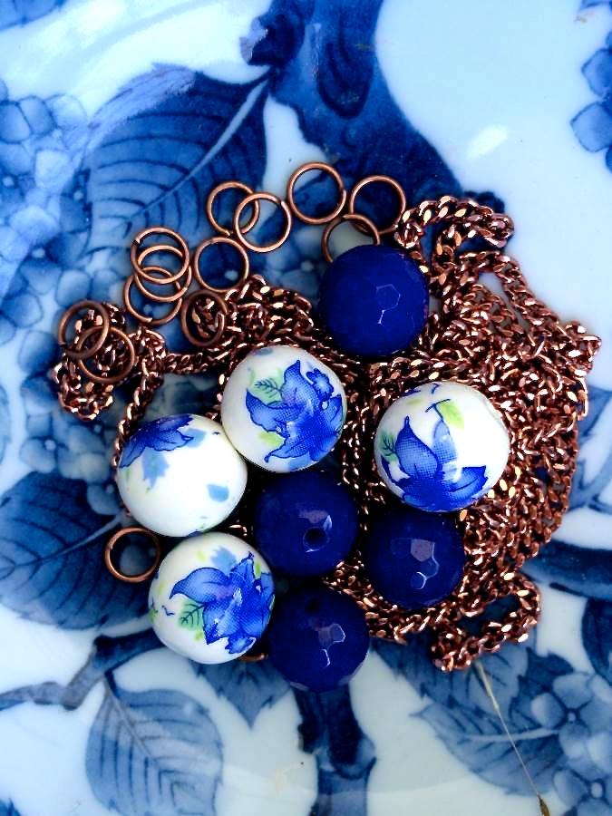 perle di agata blu, resina e catenella rosa antico