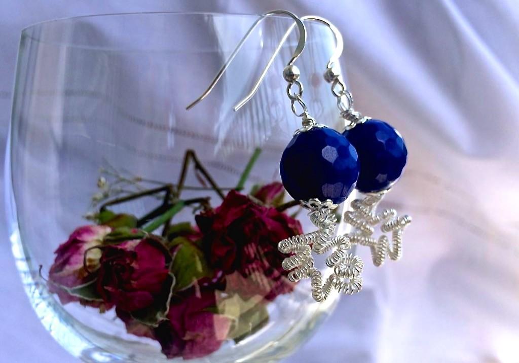orecchini con filo metallico wire e agata blu