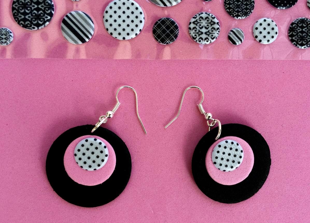 orecchini rosa e neri di gomma crepla