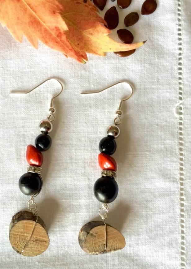 orecchini con legno e semi di bijoux e dintorni