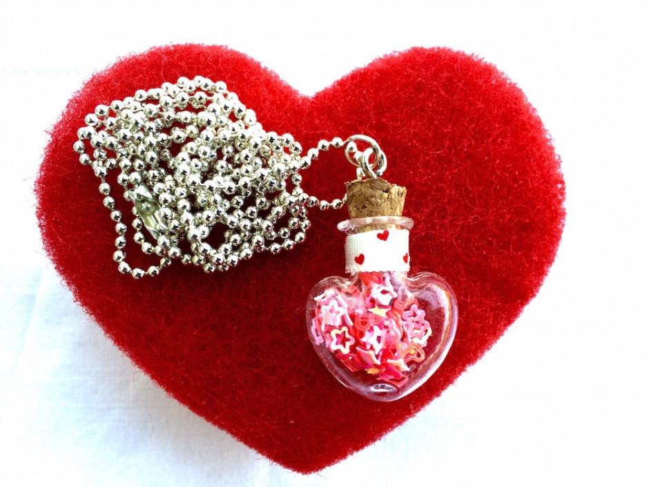 San Valentino: ciondolo di vetro con cuoricini
