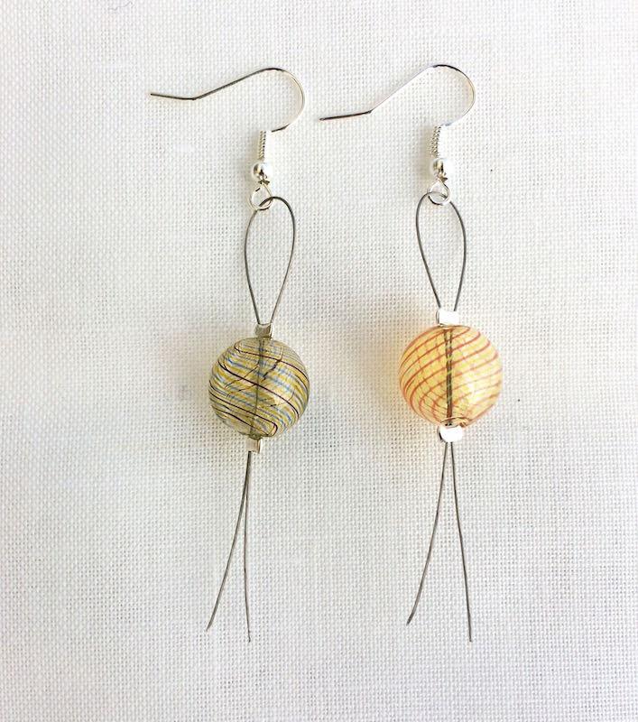orecchini facili con bolle di vetro bicolore e cavetto