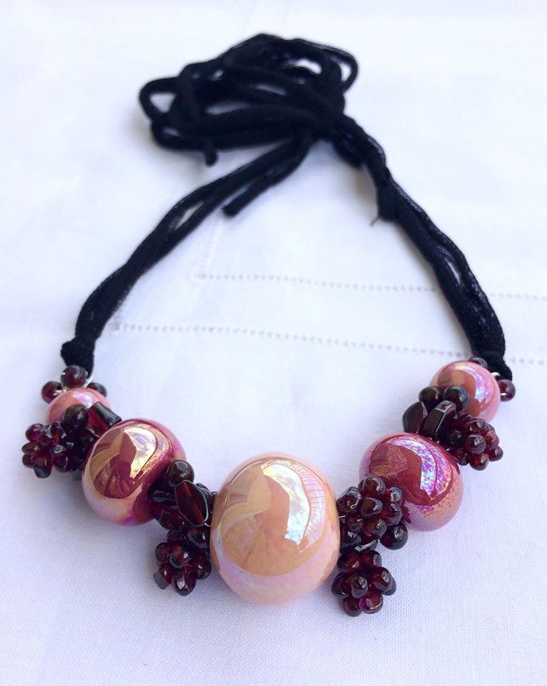 collana di granati e perle di ceramica rosa
