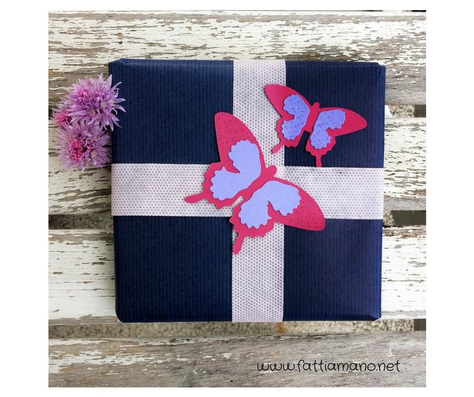 pacchetto regalo con farfalle di carta