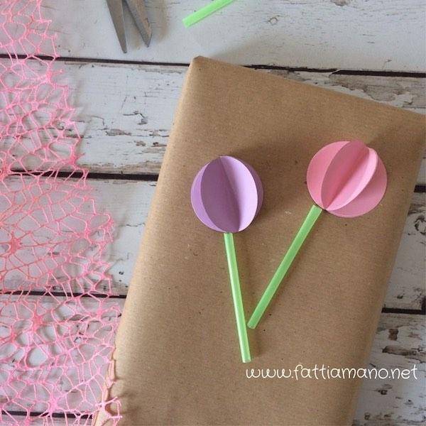 pacchetto con fiori di carta e stelo di cannuccia