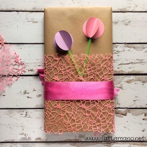 pacchetto regalo fai da te con fiori di carta